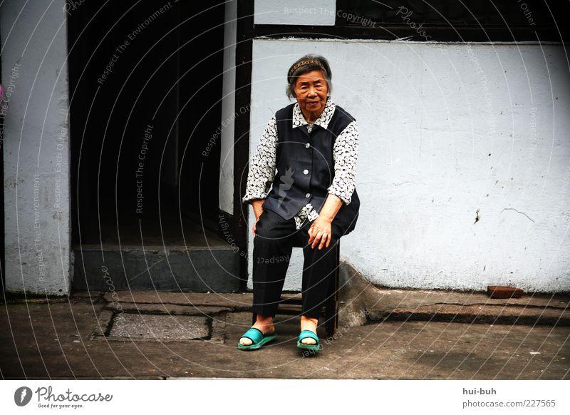 These good old days.. Ruhestand Langeweile Großmutter China Chinatown amüsiert Zeit ruhig sprechen warten Senior Einsamkeit Kontakt sitzen Armut Lebenssituation