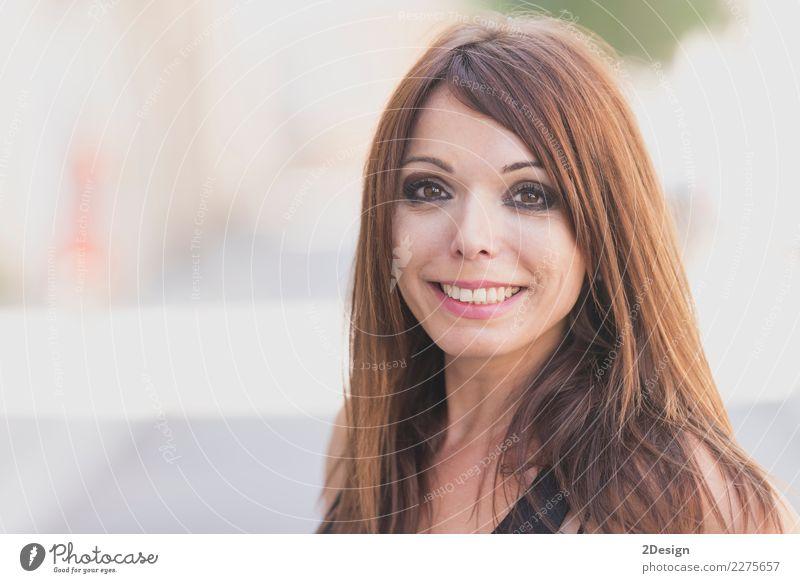 Glückliche Frau, die Kamera betrachtend aufwirft (Lebensstil) Haut Schminke Lippenstift Zufriedenheit Erfolg Erwachsene Jugendliche Zähne Natur Mode Lächeln