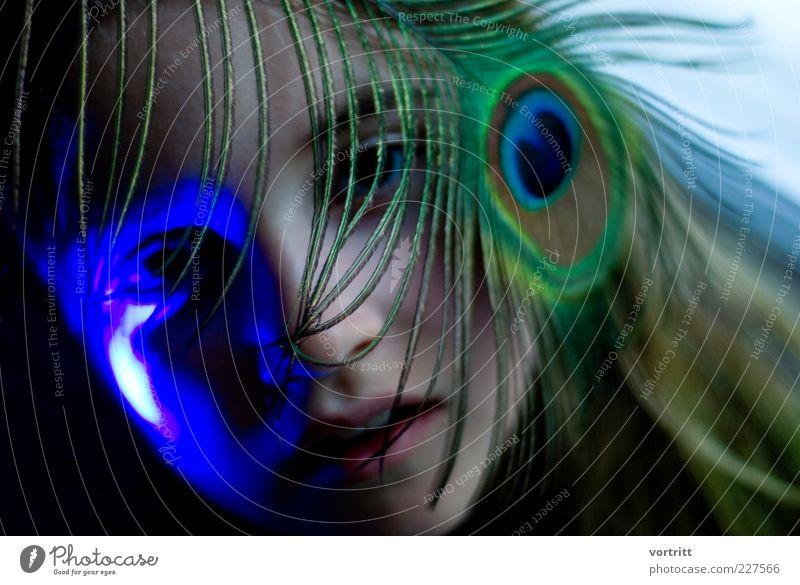 color your life feminin Kind Mädchen Kopf 1 Mensch 8-13 Jahre Kindheit Kunst Kunstwerk Kitsch blau grün Feder Lichtspiel Pfauenfeder Farbfoto Innenaufnahme