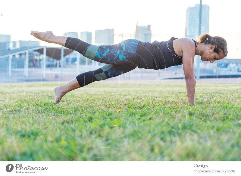 Frau Natur Jugendliche grün Erholung Erwachsene Lifestyle Sport Gras Park Kraft sitzen harmonisch Beautyfotografie Konzentration Gleichgewicht