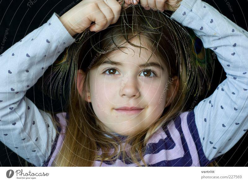 verschmitzt Mensch Kind Mädchen Kindheit Kopf 1 3-8 Jahre brünett Bewegung ästhetisch authentisch Freude Fröhlichkeit Stil Pfauenfeder T-Shirt Farbfoto