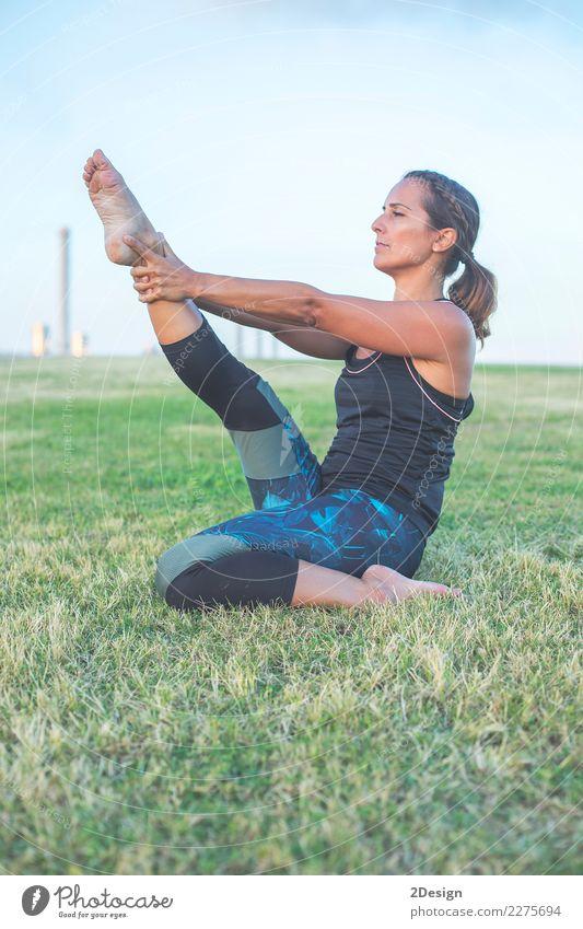 reife frau macht yoga