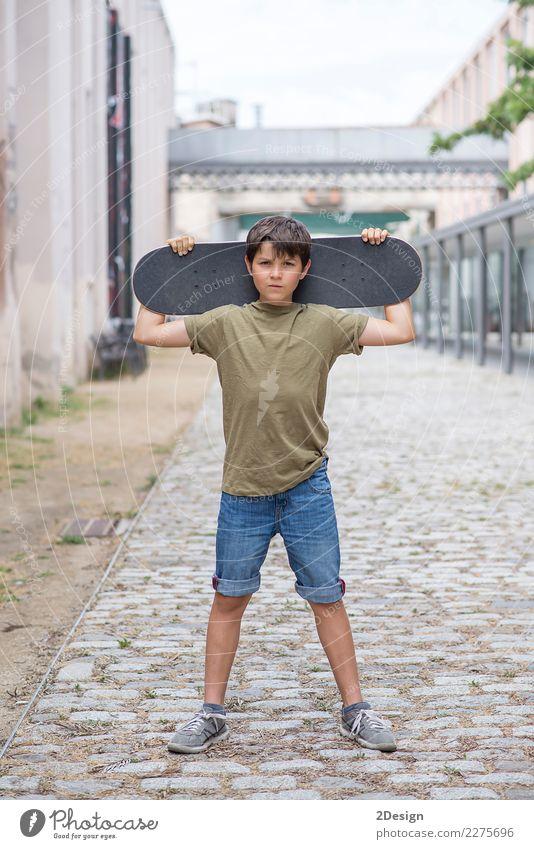 Nahaufnahme eines tragenden Skateboard und des Lächelns des Teenagers Lifestyle Freizeit & Hobby Ferien & Urlaub & Reisen Sommer Junger Mann Jugendliche