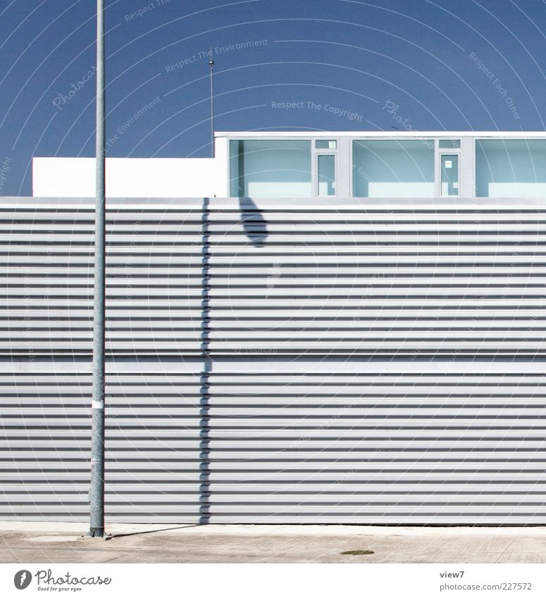Summer + Light :: blau Einsamkeit Haus Wand Fenster oben Architektur Mauer Metall Linie elegant Fassade Ordnung frisch modern