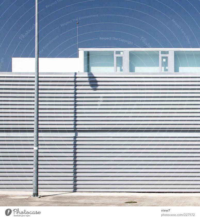 Summer + Light :: Haus Architektur Mauer Wand Fassade Fenster Metall Linie Streifen ästhetisch authentisch einfach elegant frisch modern oben blau Einsamkeit