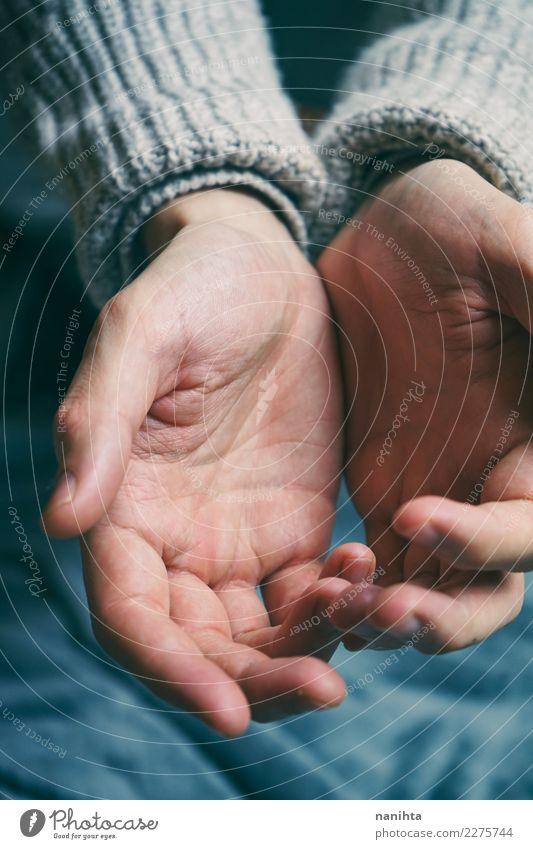 Offene Hände des jungen Mannes Mensch blau Hand rot Erwachsene natürlich grau maskulin authentisch einfach berühren Hilfsbereitschaft Sauberkeit Hoffnung Schutz
