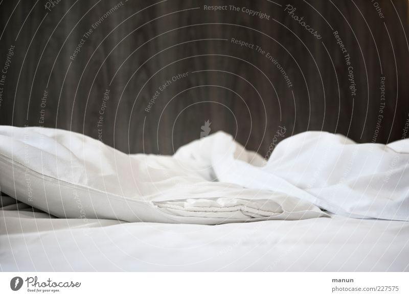 voulez-vous coucher... II Hotelzimmer Wohnung Möbel Bett Schlafzimmer Bettdecke Bettlaken Bettwäsche Kissen Erholung authentisch einfach kuschlig modern