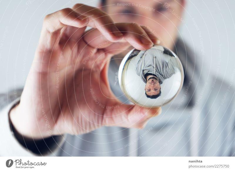 Junger Mann angesehen durch eine Kristallkugel Stil Mensch maskulin Jugendliche Erwachsene 30-45 Jahre Pullover schwarzhaarig kurzhaarig Bart Dreitagebart Kugel