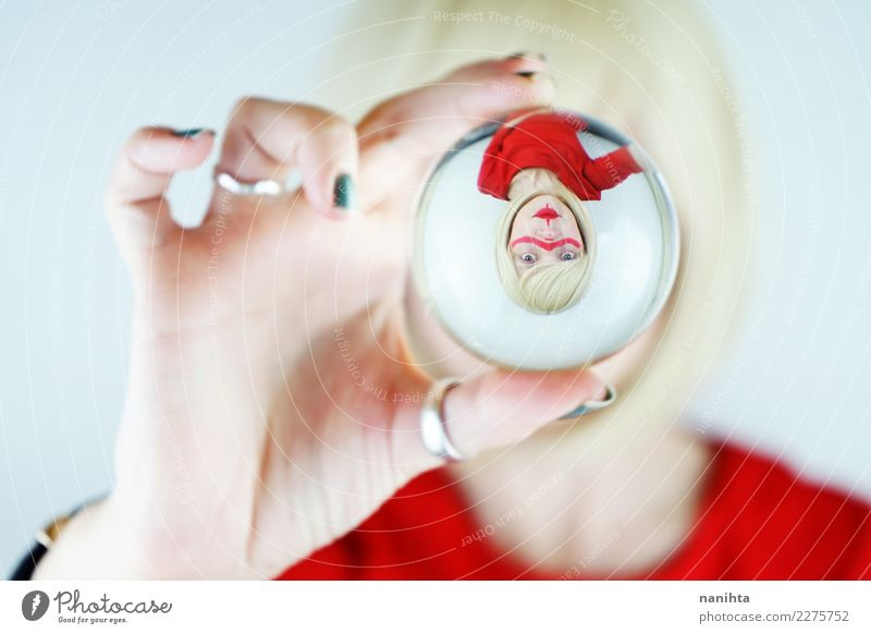 Abstraktes Porträt einer jungen Frau, betrachtet durch eine Kristallkugel. Lifestyle elegant Design exotisch Mensch feminin Junge Frau Jugendliche 1 18-30 Jahre