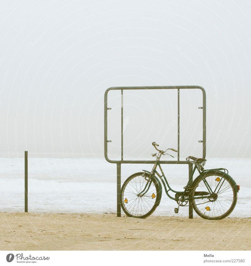 Pause alt Ferien & Urlaub & Reisen Strand Winter ruhig Einsamkeit Ferne Umwelt grau Küste Eis Fahrrad Ausflug Schilder & Markierungen Nebel Klima
