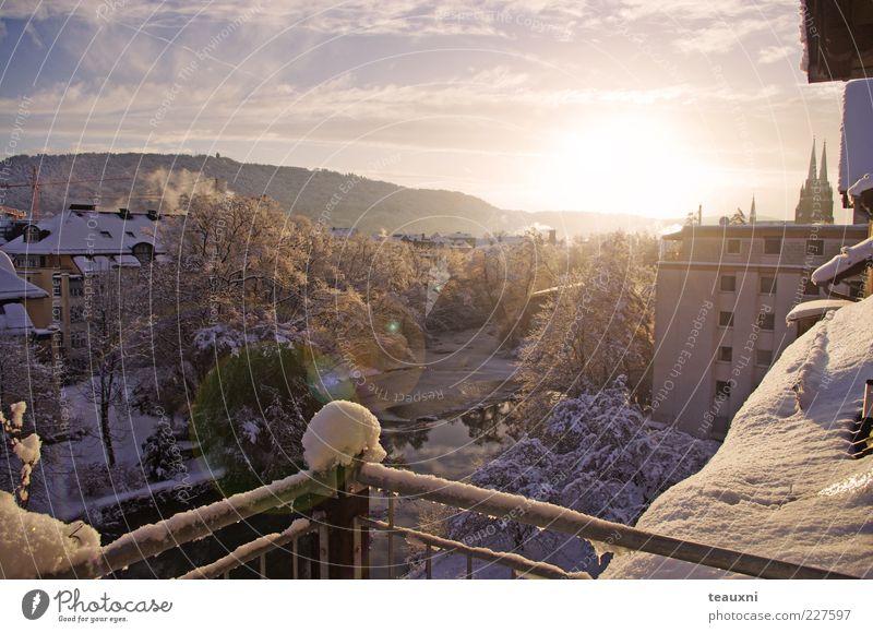 decembermorning Sonnenlicht Winter Schnee Fluss Marburg Stadt Menschenleer Haus Kirche Balkon Dach leuchten ästhetisch blau gelb silber weiß ruhig Hoffnung