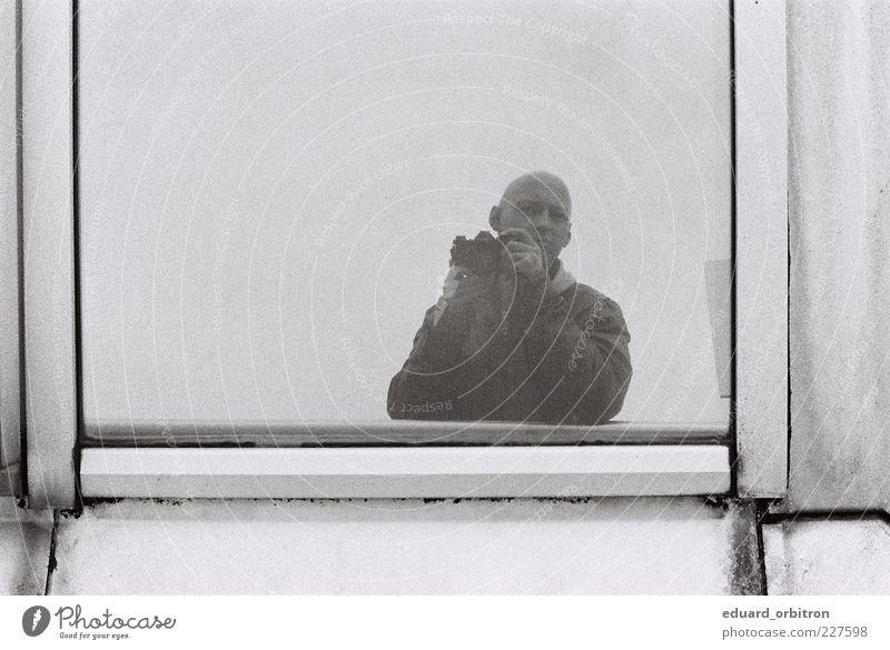 Petiatil Cx Htdui Fotokamera maskulin Junger Mann Jugendliche Erwachsene 1 Mensch 18-30 Jahre Jacke Leder Glatze trist grau Selbstportrait Fenster Spiegelbild