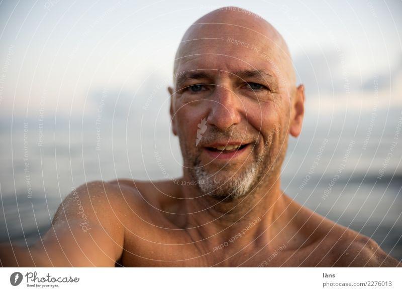oben ohne Ferien & Urlaub & Reisen Meer Wellen Mensch maskulin Mann Erwachsene Leben Kopf 1 45-60 Jahre Himmel Küste Ostsee beobachten hören Lächeln lachen