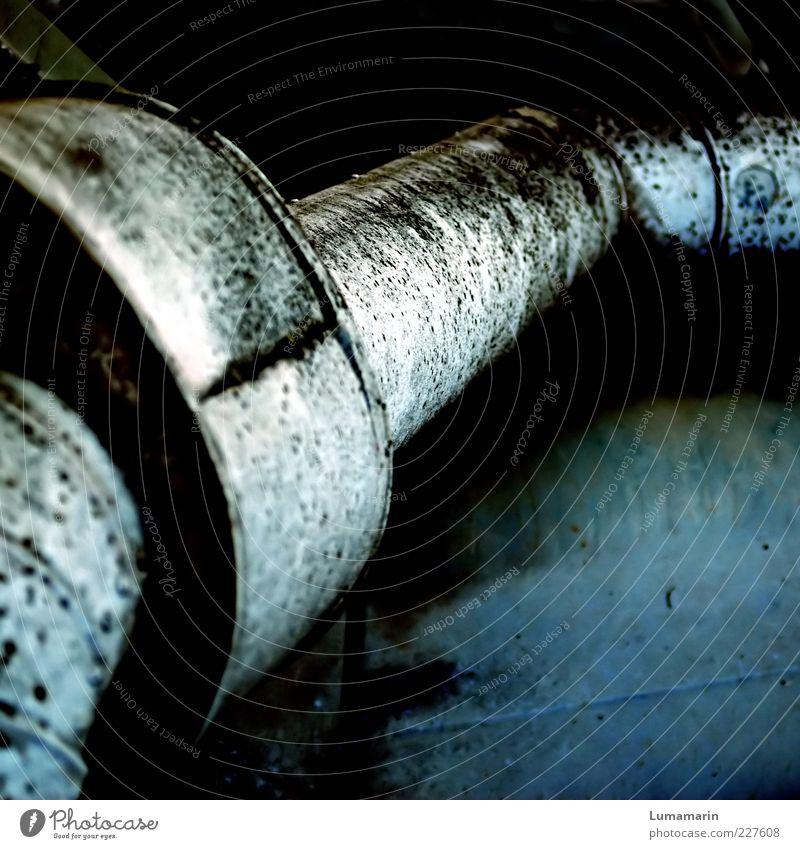 between Metall alt dreckig dunkel einfach glänzend kalt lang nah rund trist blau silber Umweltverschmutzung Verfall Rohrleitung Abgas Eisenrohr Zwischenraum