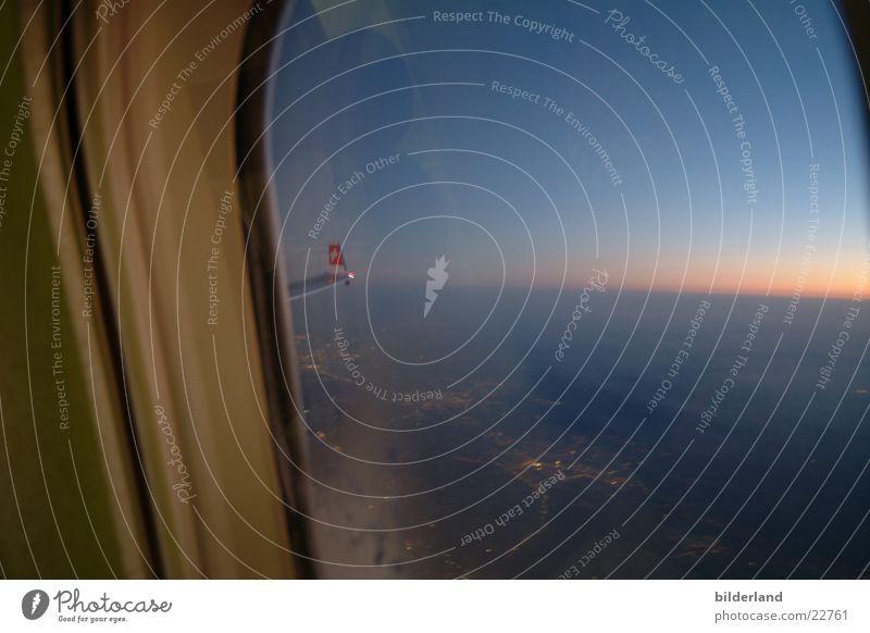 ausdemfenschterguck Flugzeug Fenster Abenddämmerung fliegen Aussicht Ferien & Urlaub & Reisen Luftverkehr Flügel