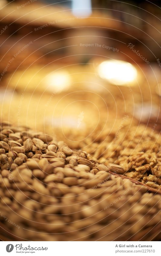 Massennusshaltung Lebensmittel Nuss Pistazie Walnuss Ernährung Bioprodukte Vegetarische Ernährung liegen frisch klein natürlich braun gelb viele Markt