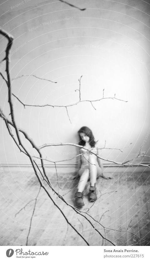 verzweigt. Stil feminin Junge Frau Jugendliche 1 Mensch 18-30 Jahre Erwachsene Ast Holzfußboden Unterwäsche Schuhe Stiefel sitzen außergewöhnlich einzigartig