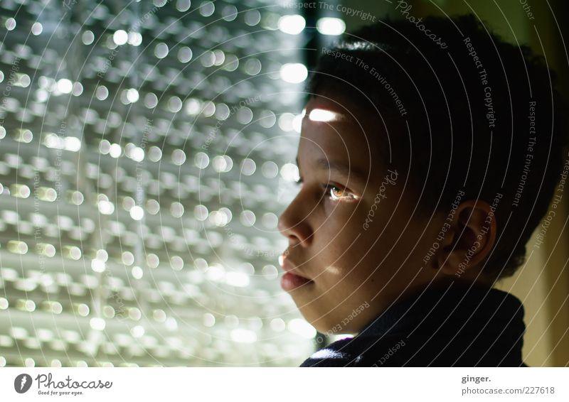 Licht + Einfall = Nachdenklichkeit Mensch Kind Jugendliche Gesicht Einsamkeit Leben dunkel Junge Kopf Gefühle Traurigkeit Denken Stimmung Kindheit maskulin