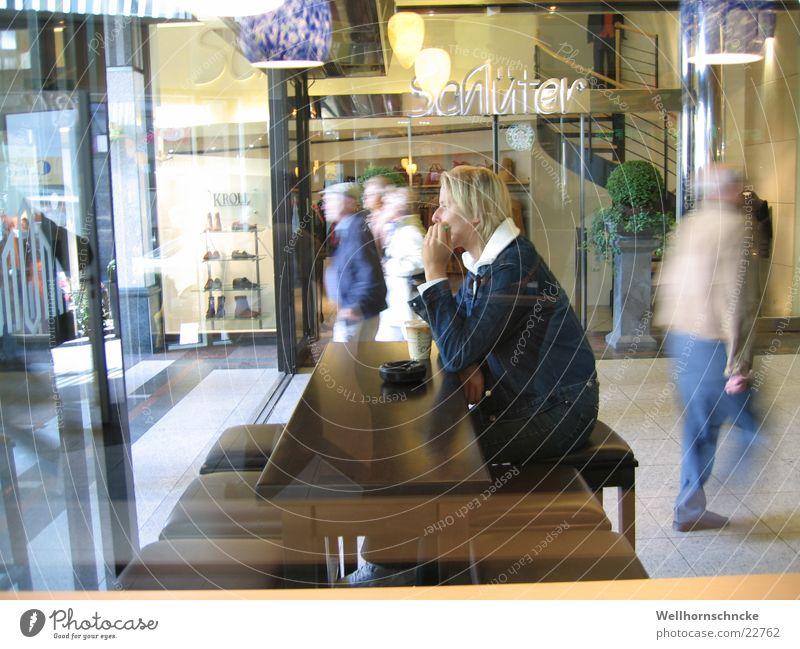 kaffeepause Pause Erholung Stadt Café Frau ruhig Denken Stress lecker Mensch Kaffee sitzen Düsseldorf shadow arkaden nachdenken starbucks