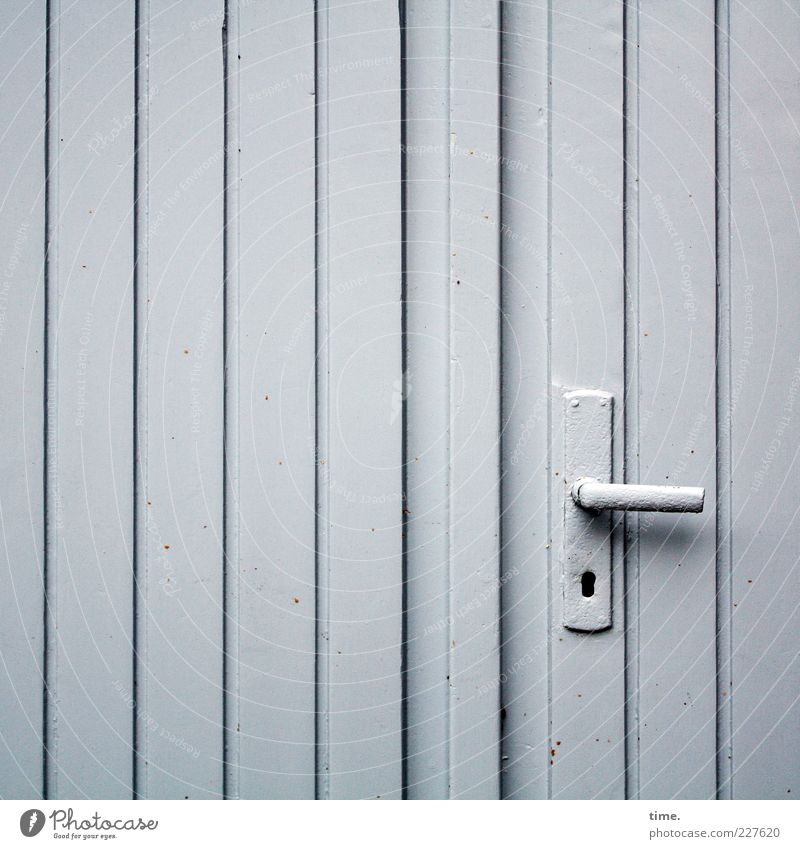 Alleinstellungsmerkmal Holz grau Metall Tür geschlossen einzigartig Metallwaren einfach Hütte Eingang Langeweile parallel vertikal Garage Griff Fuge