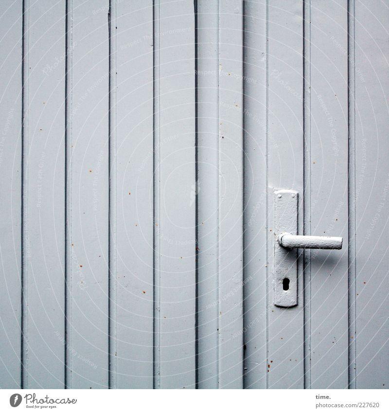 Alleinstellungsmerkmal Hütte Tür Holz einfach einzigartig grau Langeweile Griff Scheune Lagerschuppen Garage vertikal parallel gestrichen minimalistisch