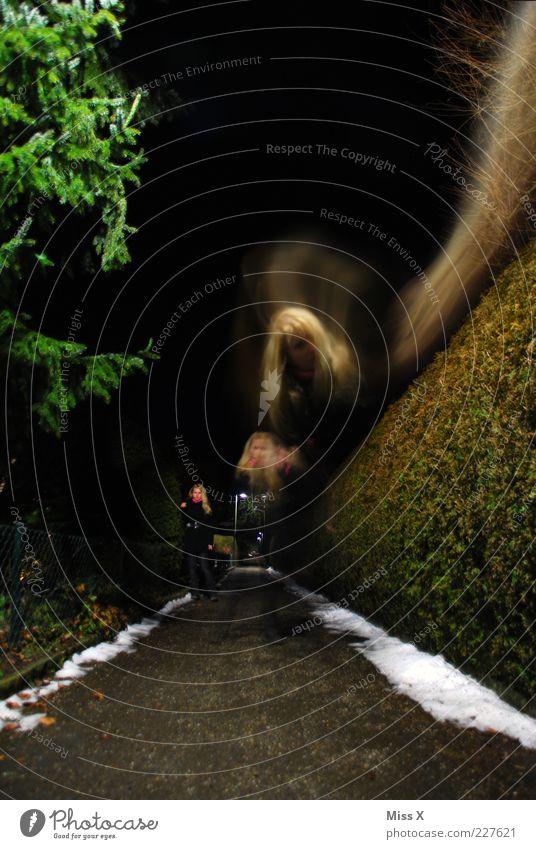 ich-ich-ich Mensch Jugendliche Winter Erwachsene dunkel Schnee Wege & Pfade blond gehen laufen außergewöhnlich 18-30 Jahre Junge Frau gruselig Fußweg Geister u. Gespenster