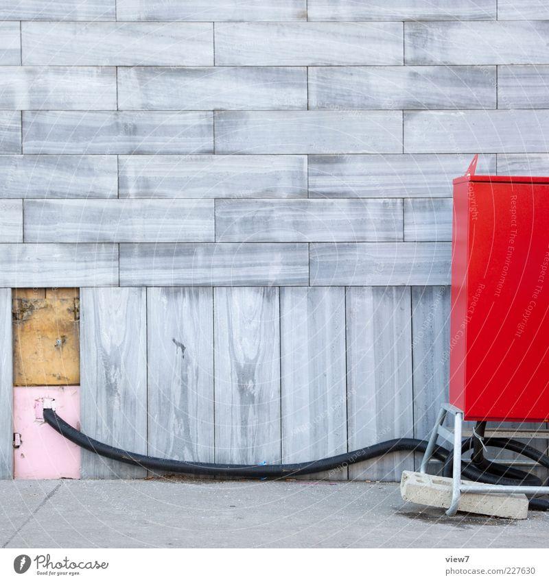 Baustrom rot Haus Wand Mauer Stein Metall Linie Fassade modern frisch Energiewirtschaft authentisch Elektrizität Industrie Kabel Streifen