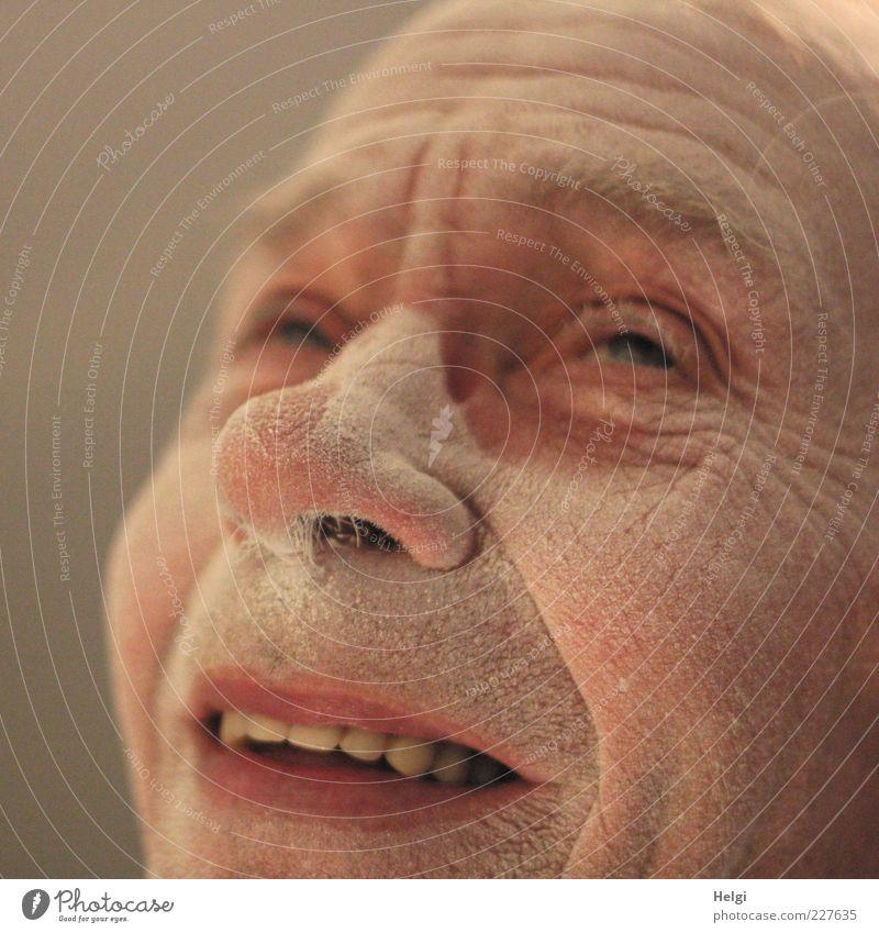 Gesicht eines lächelnden männlichen Seniors ist bedeckt mit Staub Mensch maskulin Mann Erwachsene Männlicher Senior Leben Haut Kopf Auge Nase Mund Lippen Zähne