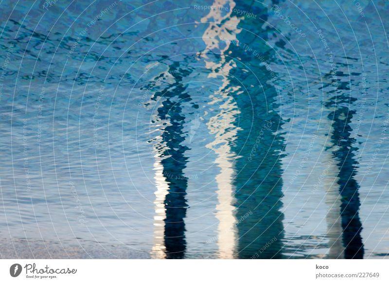 Nahe am Wasser gebaut Wasser blau weiß Meer schwarz grau Linie Wellen nass Beton Fluss Flüssigkeit Gemälde Säule Bach Wasseroberfläche
