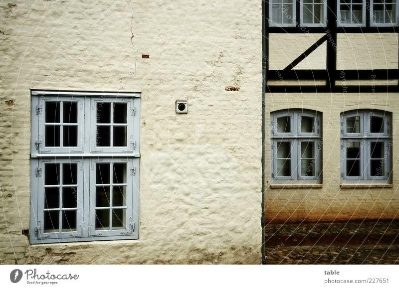 Séparée Haus Kleinstadt Altstadt Menschenleer Gebäude Architektur Mauer Wand Fassade Fenster Fachwerkfassade Stein Holz Glas alt ästhetisch dunkel eckig blau