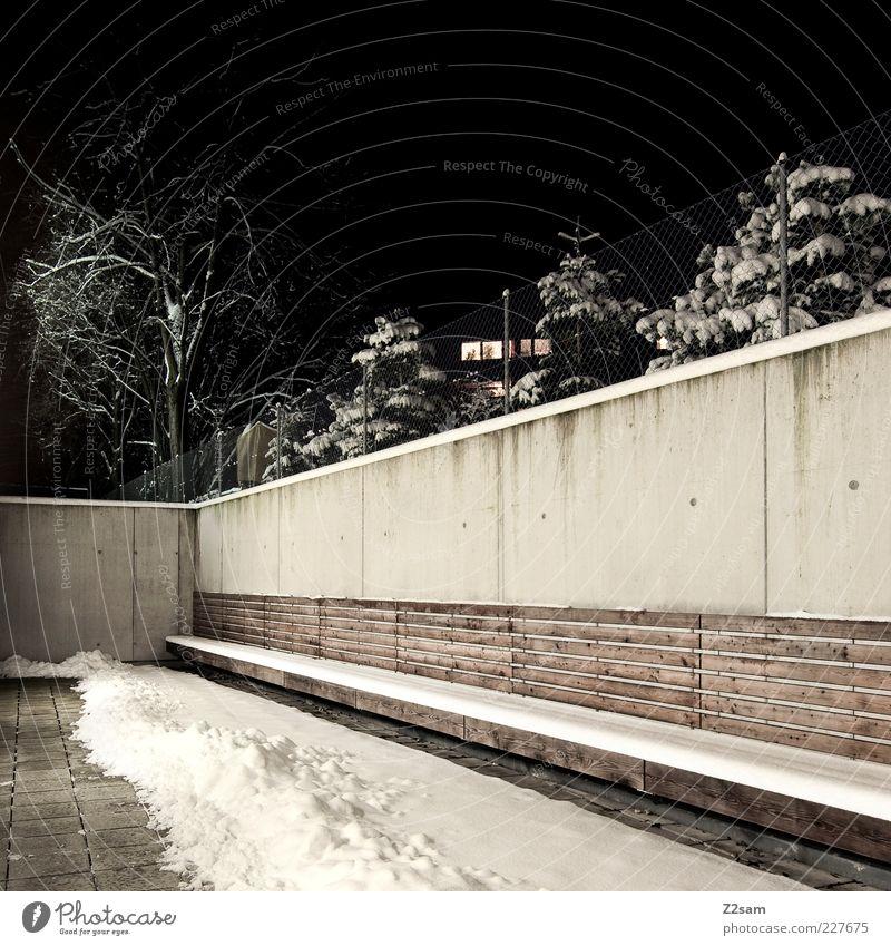 schattiges Platzerl Baum Winter Haus dunkel kalt Schnee Landschaft Architektur Gebäude Mauer Beleuchtung dreckig Design modern ästhetisch