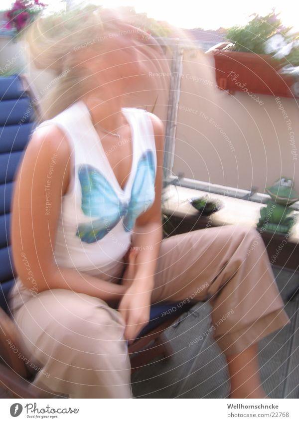 Gedankenchaos Frau Sonne Sommer Erholung Denken Geschwindigkeit sitzen Schmetterling Wildtier chaotisch durcheinander unklar wackeln