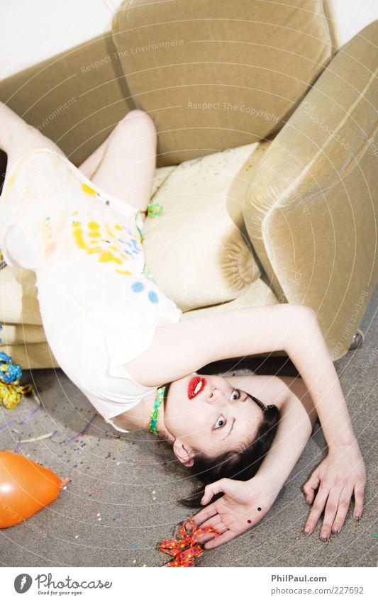 Party, Los Angeles! III Lifestyle Stil Freude Freizeit & Hobby Dekoration & Verzierung Sofa Nachtleben feminin Junge Frau Jugendliche Leben Erwachsene fallen