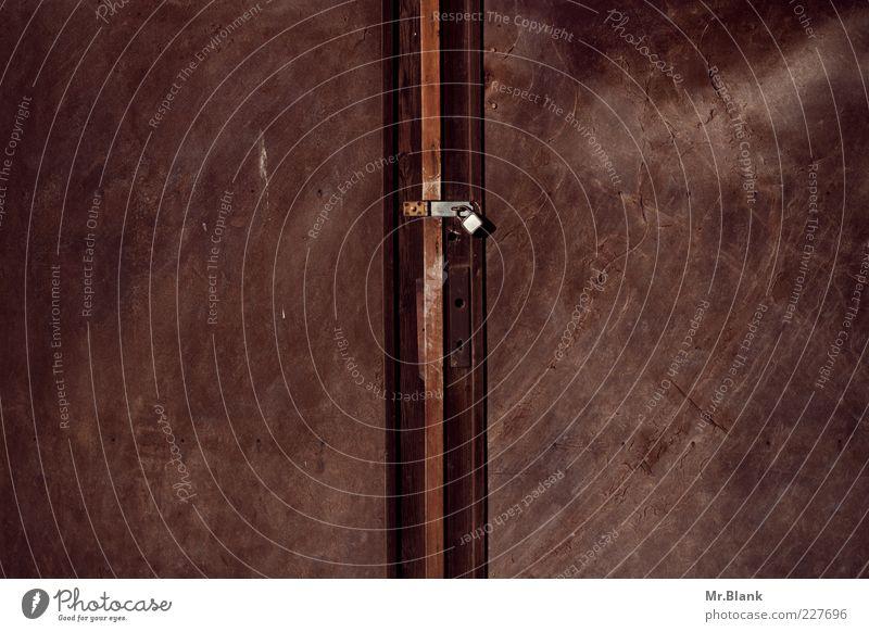Schloss und Riegel alt dunkel Metall braun Tür dreckig Metallwaren Rost verkratzt Vorhängeschloss