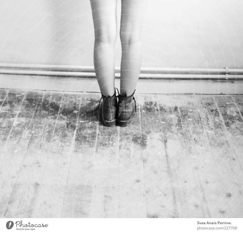 ! ! Lifestyle feminin Junge Frau Jugendliche Beine Fuß 1 Mensch 18-30 Jahre Erwachsene Mauer Wand Schuhe Stiefel stehen kalt dünn schuldig Scham Reue gefährlich