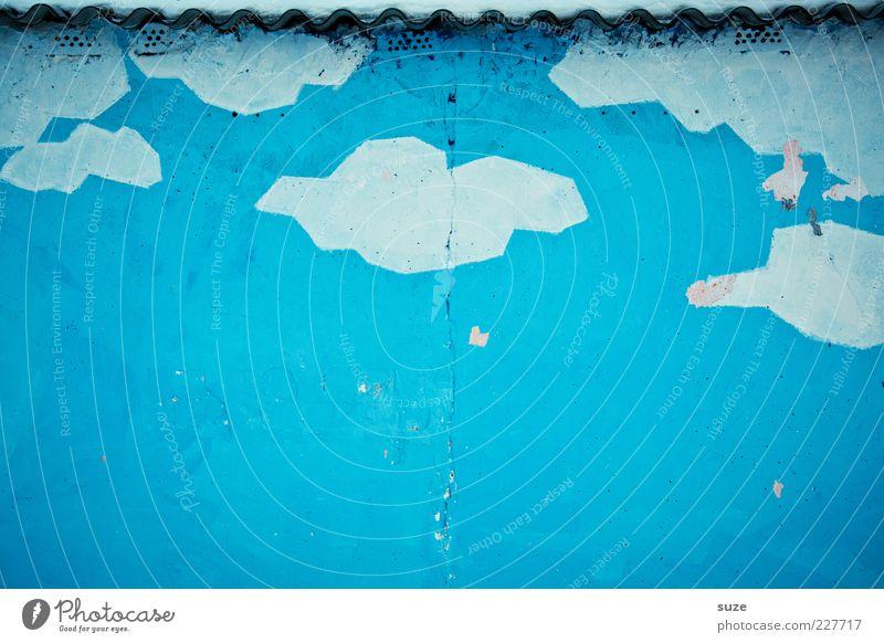 Dach übern Himmel Wolken Klima Wetter Mauer Wand Fassade Stein Beton Graffiti authentisch einfach blau weiß Verfall Vergangenheit Vergänglichkeit Putz Wellblech