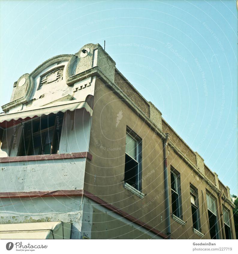 Aufblickend. alt Haus Fenster Wand Architektur Gebäude Mauer Stimmung Fassade groß kaputt authentisch trist Verfall Ruine