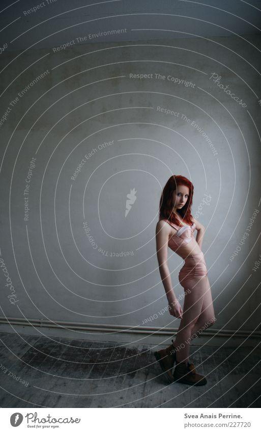 und jetzt spür ich, wie ich zerfalle.. Mensch Jugendliche schön feminin kalt Wand Erotik Gefühle Haare & Frisuren Erwachsene Mauer Beine Mode stehen