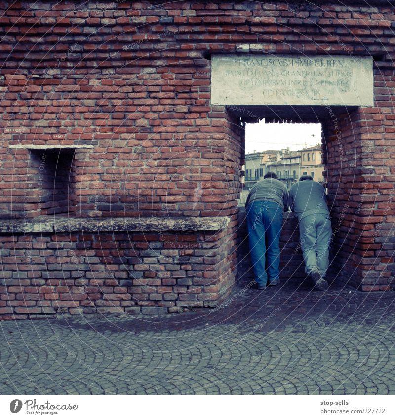 passt schon (könnte eng werden) Mensch Mann Erwachsene Erholung Leben Fenster Mauer Freundschaft Rücken maskulin authentisch Gesäß beobachten historisch dick