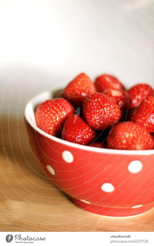 Airbär'n Lebensmittel Frucht Ernährung Bioprodukte Vegetarische Ernährung Geschirr Schalen & Schüsseln frisch lecker saftig rot Erdbeeren Dessert gepunktet