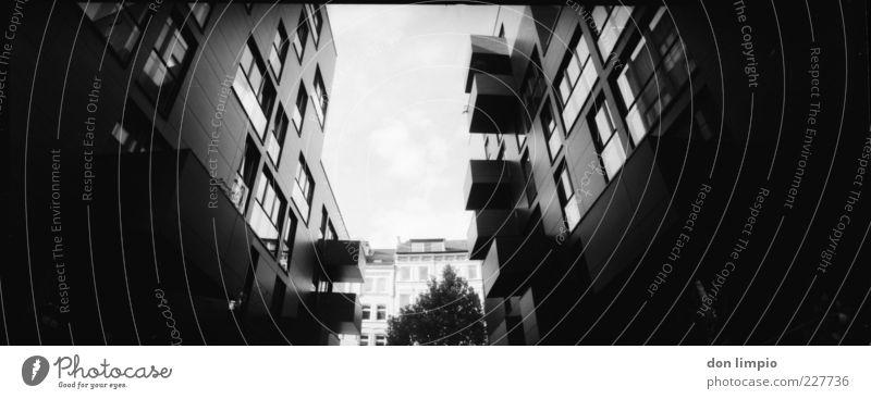 Hopfenstraße weiß Haus schwarz Architektur Gebäude hoch modern groß Perspektive neu Wandel & Veränderung analog bevölkert Hamburg St. Pauli