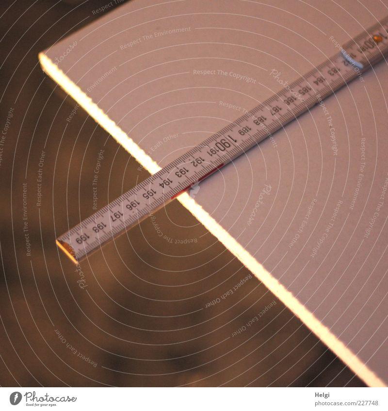 Maß nehmen... Arbeit & Erwerbstätigkeit Handwerk Zollstock Holz Ziffern & Zahlen Linie liegen authentisch eckig einfach lang braun weiß gewissenhaft Beginn