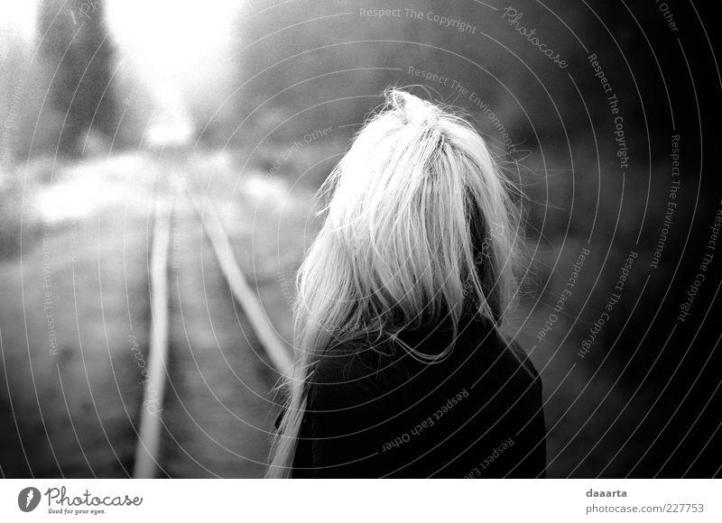 Frau Mensch Natur Jugendliche Herbst feminin träumen Haare & Frisuren Traurigkeit Zufriedenheit Stimmung Angst blond Erwachsene Eisenbahn Erfahrung
