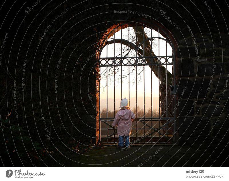 Mädchen am Tor Freude Glück Ausflug Ferne Freiheit wandern Kind Kleinkind Kindheit 1 Mensch 1-3 Jahre Himmel Sonnenlicht Winter Baum Park Burg oder Schloss Tür