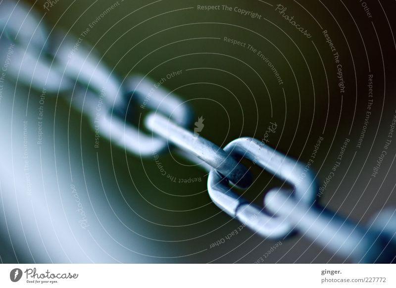Unbroken Chain Metall Metallwaren fest stark Grenze Stahl diagonal Barriere Kette Trennung silber Eisenkette ziehen Verbundenheit gedreht Reflexion & Spiegelung