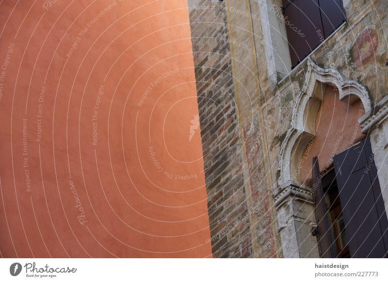 Fassade Altstadt Haus Gebäude Architektur Mauer Wand Fenster Sehenswürdigkeit Stein alt ästhetisch eckig elegant historisch oben braun rot Romantik Design
