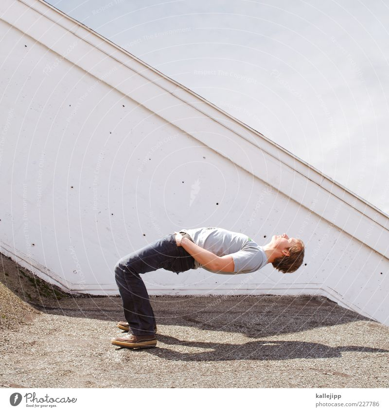 making of Mensch Mann Erwachsene Leben Zufriedenheit Schuhe maskulin stehen Dach T-Shirt Jeanshose fallen Fitness skurril sportlich Kontrolle