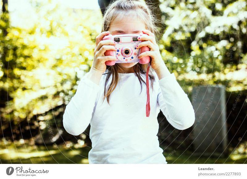 Junior Fotografin Kind Mensch Natur Freude Mädchen Leben gelb Gefühle feminin lachen Kunst Glück Zufriedenheit Kindheit Fröhlichkeit Jugendkultur