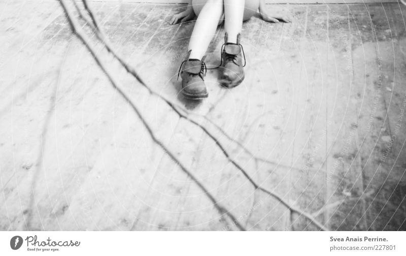 ein wenig zu laut. feminin Junge Frau Jugendliche Beine 1 Mensch Ast Holzfußboden Schuhe Stiefel sitzen kalt kaputt dünn trist Schmerz Sehnsucht Enttäuschung