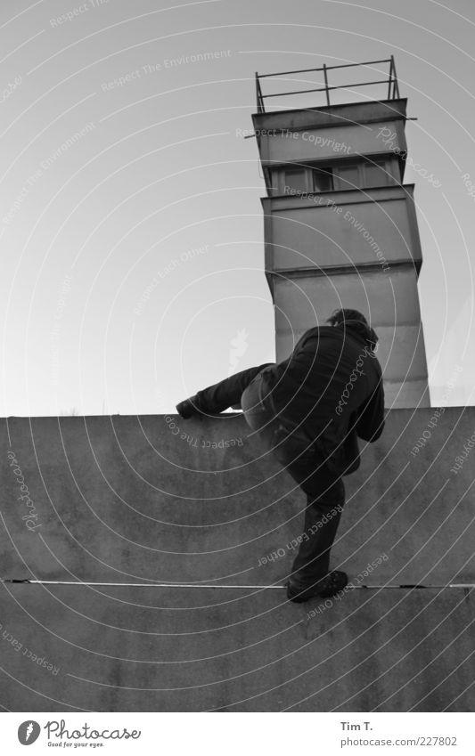 Flucht maskulin 1 Mensch Berlin Hauptstadt Turm Bauwerk Mauer Wand Denkmal Beton wählen Angst Berliner Mauer Grenze Grenzüberschreitung ungesetzlich Wachturm